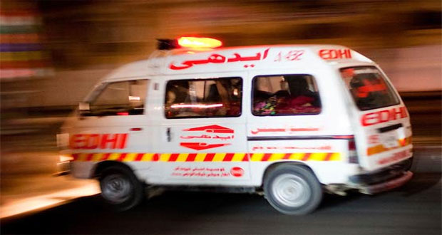 25 injured as coaster collides with electric poll in Karachi