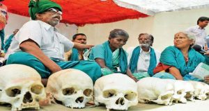 Indian farmers protest with skulls of dead farmers