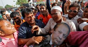 Army veterans protest outside Pak HC, Congress burns Nawaz's effigies
