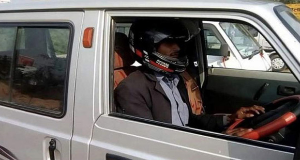 Indian Traffic Warden Fines Car Driver for Not Wearing Helmet