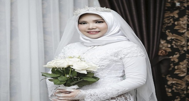 Woman Wears Wedding Gown Alone After Fiancé Dies